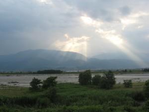 甲府市内から南アルプス山脈を望む